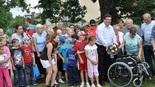 Senátor zakoupil zdravotně handicapovaným lidem ve Štětí invalidní vozík