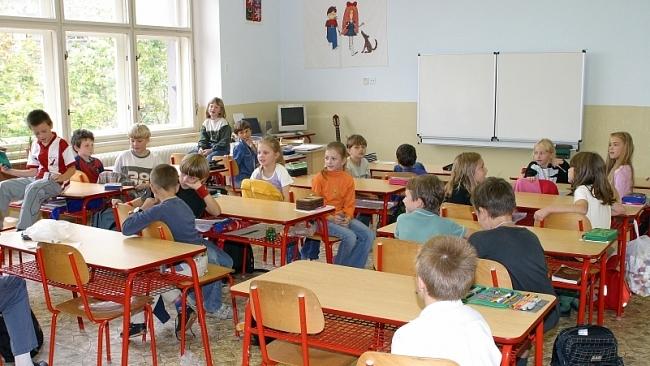 Jak dlouho mají děti denně sedět ve škole?