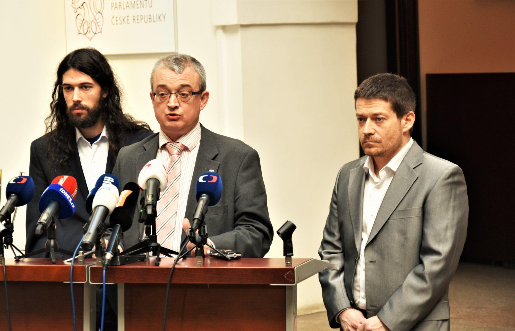 Poslanci v čele s Markem Bendou navrhují zmírnění protikuřáckého zákona
