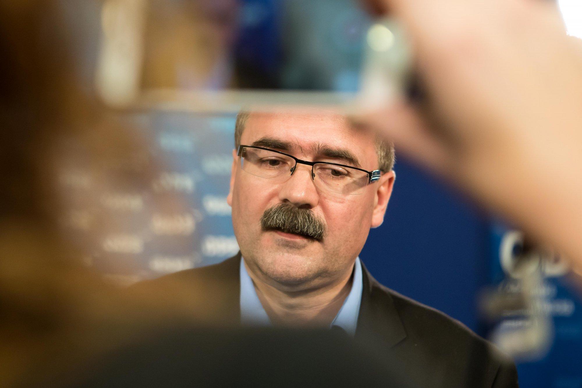 Jan Hamáček se vyhýbá otázkám a stále lže