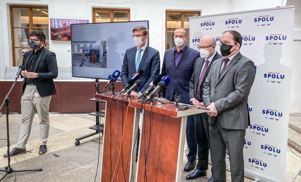 AntiCovid tým: O osmi miliardách pro nemocnice nesmí rozhodovat závod v klikání, požadujeme mimořádnou schůzi Sněmovny