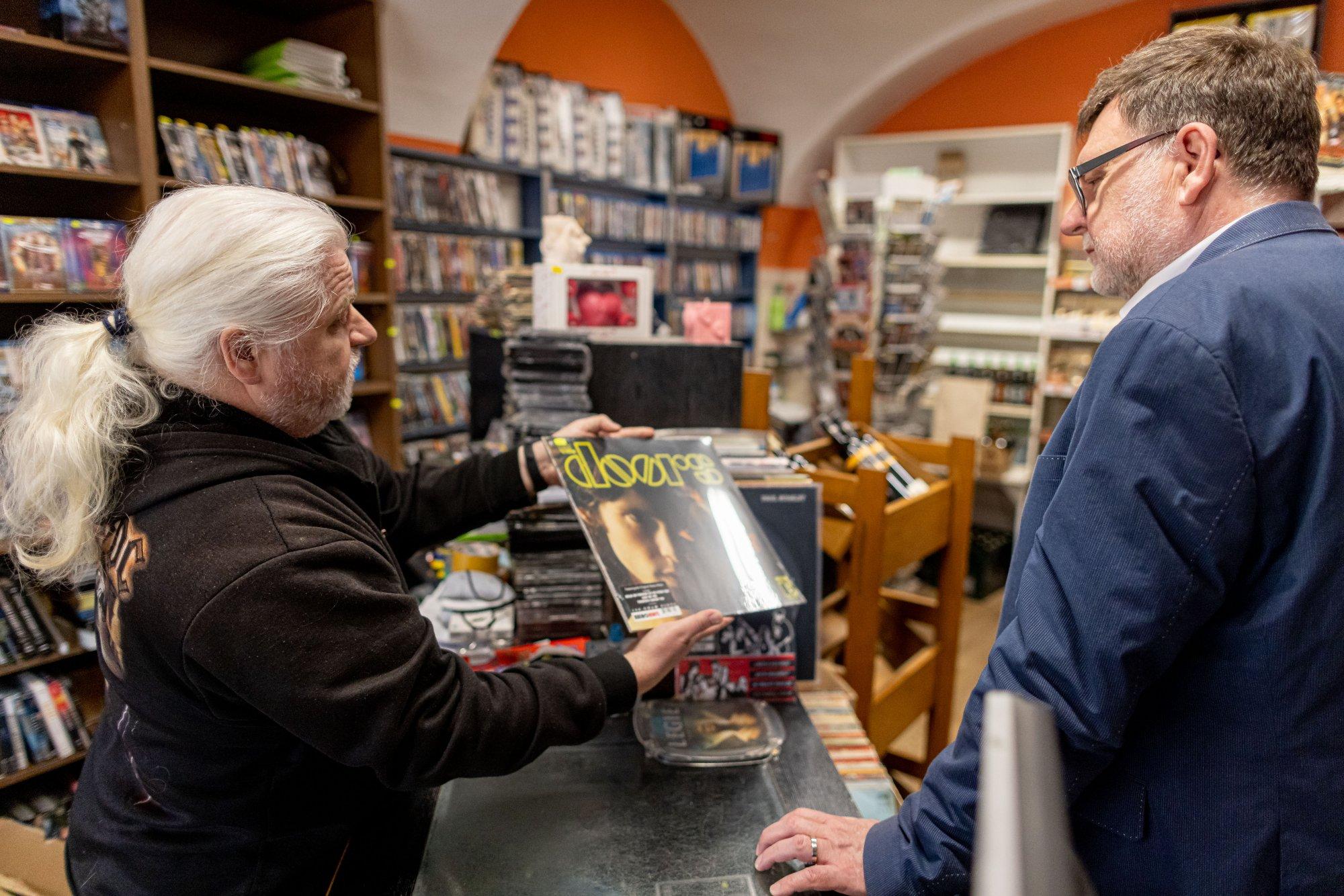 Na návštěvě v prodejně pana Pavla, který už 30 let prodává vinyly