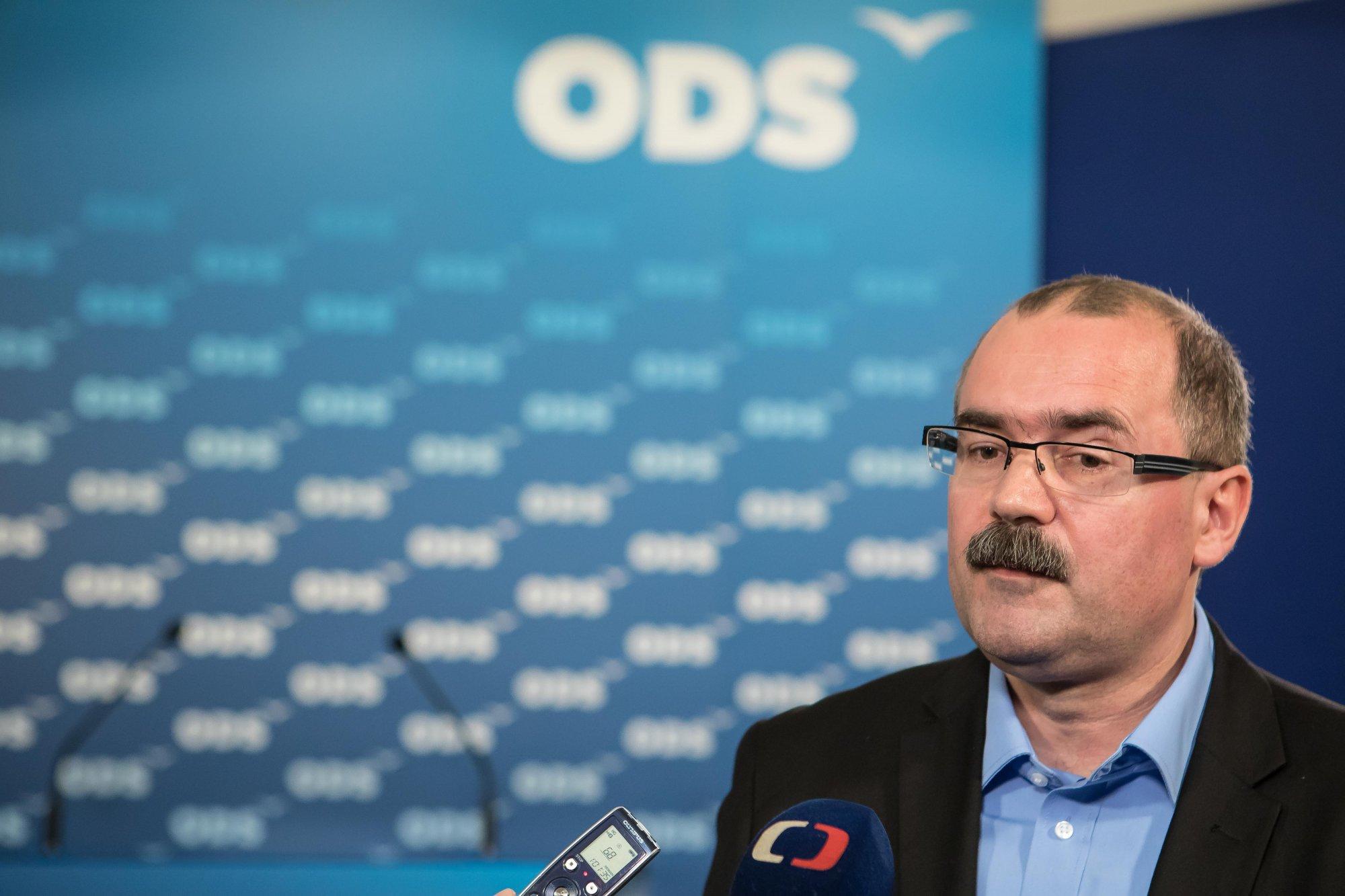 Koten by měl odstoupit z funkce předsedy výboru pro obranu